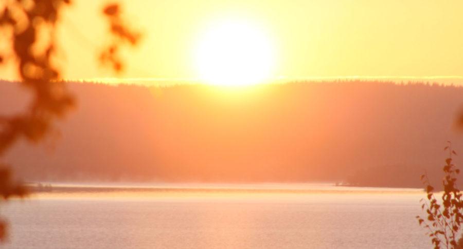 Aurongonnousu mökkien viereisestä Välskynvuoresta katsottuna